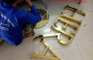 thi công bảng hiệu inox chữ nổi vàng gương