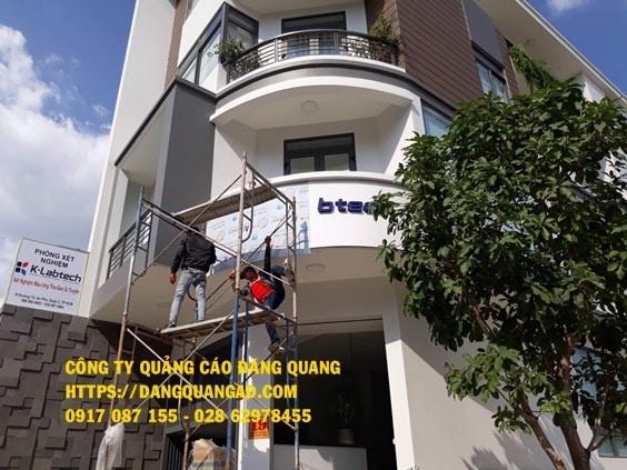 thi cong bang alu chu inox cty klabtech quan 2 (3)