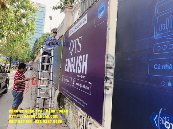 thi công bảng hiệu quảng cáo tole dán decal trường qts