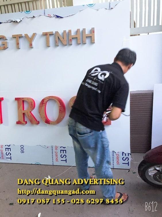 thi-cong-bang-alu-chu-mica-saigon-rose (10)