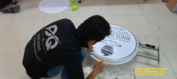 lam bang alu chu noi led white bakery (2)